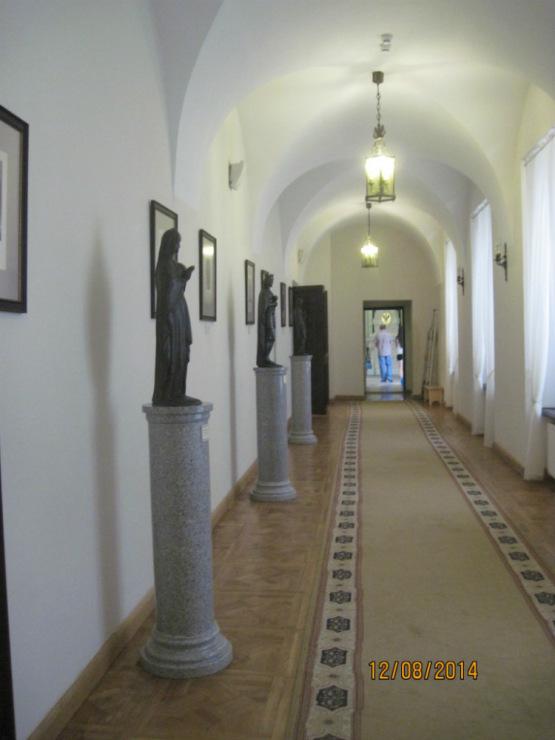 Замок Несвиж. Галерея украшена картинами и скульптурами