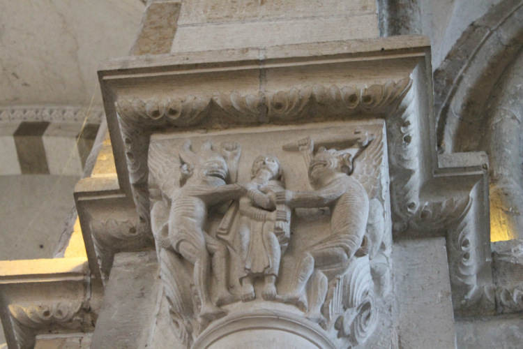 Везле. Собор Марии Магдалины. Деталь интерьера